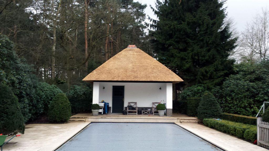 Pool House met rieten dak